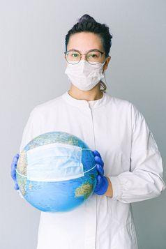 Person mit Maske und Brille