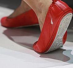 Zu Fuß unterwegs: Gehen reduziert Krebsrisiko. Bild: pixelio.de, G. Hamich