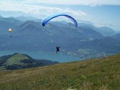 Fallschirmspringer: Sicherheit kommt von oben. Bild: pixelio.de/Thomas Tobaben