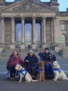 """Kordula Bredenbals, Eileen Moritz und Jasmin Stoiber (v.l.n.r.) vom Verein """"Hunde für Handicaps"""" demonstrierten im Bundestag, mit welchen Leistungen ihre Assistenzhunde ihnen ein selbstständiges Leben ermöglichen.  Bild: Hunde für Handicaps/Sabine Häcker"""
