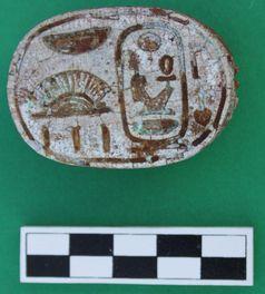 Skarabäus verziert mit dem Namen              des Pharao Amenhotep III Quelle: Foto: ©M. Peilstöcker & JCHP (idw)