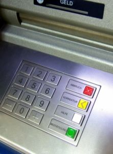 Abhebespesen am Geldautomaten gestiegen. Bild: pixelio.de, Rainer Sturm)