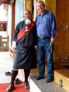 Fürst Kado, der Verbindungsmann des ZDF-Teams und Wolfgang Herles beim Verlassen des Klosters im Dzong von Thimphu. Bild: ZDF und Thomas Rebholz