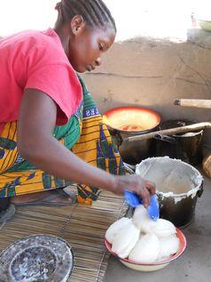 Bild 1: Die Ernährung in afrikanischen Kleinbauernhaushalten ist oft sehr einseitig. Quelle: Quelle: S. Koppmair (idw)