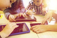 Kinder beim Surfen im Internet: Das hat oft Folgen.