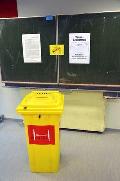 Wahlurne in Form einer Mülltonne in einem Wahllokal (Symbolbild)