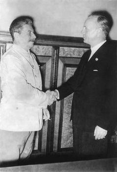 Moskau, 24. August 1939: Handschlag Stalins und Ribbentrops nach der Unterzeichnung des Nichtangriffspakts, der in der letzten Minute von der Sowjetuntion stark geändert wurde.