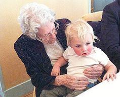 Hundertjährige mit Kind: Herbstgeborene werden älter. Bild: Flickr/Maudib