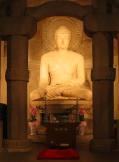 Buddha-Statue in der Seokguram-Grotte