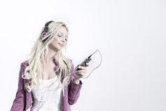 Musik hören: Ohrwümer dank Kaugummi vergessen. Bild: pixelio.de/J. Brinckheger