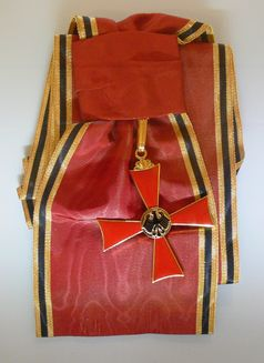 """Bundesverdienstkreuz und Schulterband (Teil der Stufe """"Großes Verdienstkreuz mit Stern und Schulterband"""", Theodor-Heuss-Haus)"""