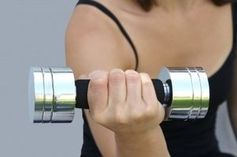 Hantel: Training lieber ohne Vitamine. Bild: pixelio.de/Stephanie Hofschlaeger