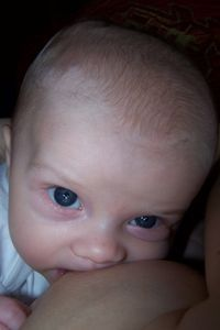 Kind an der Brust: Auch Mütter profitieren davon. Bild: Photo-Engel, pixelio.de