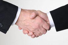 Händedruck: Art entscheidet über Erfolg bei Gespräch. Bild: pixelio.de, J. Bork