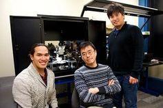 MIT-Forscher: Jeehwan Kim (Mitte) und Kollegen. Bild: Kuan Qiao