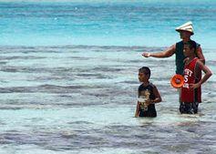 Präsident Tong mit Kindern Bildtext: Kiribatis Präsident Anote Tong macht sich für den Schutz seines Landes stark. Bild: Copyright: Conservation International/photo by Peter Stonier