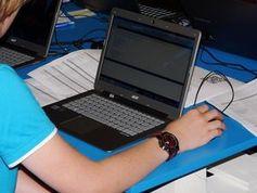 Schüler am Laptop. Bild: pixelio.de, Dieter Schütz