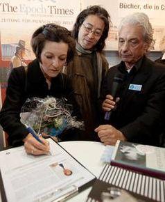 Literaturnobelpreisträgerin Herta Müller unterschreibt die IGFM-Appellliste für die Freilassung des chinesischen Menschenrechtsanwalts Gao Zhisheng am Gemeinschaftsstand der IGFM und der Epoch Times auf der Frankfurter Buchmesse am 15.10.2009. Bild: Jianxin Wang / IGFM