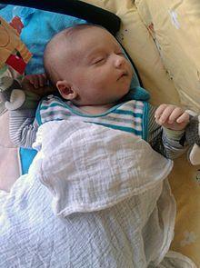 Ein Säugling mit 8 Wochen Bild: MasterFinally / de.wikipedia.org