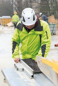 Sicher an der Baustellenkreissäge Bild: BG BAU Berufsgenossenschaft der Bauwirtschaft Fotograf: Thomas Lucks/BG BAU