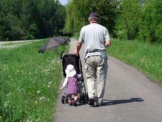 Generationen beim Spazieren: Vererbung geklärt. Bild: pixelio.de, Annamartha