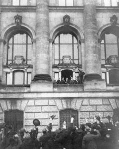 Ausrufung der Republik am 9. November 1918 durch den SPD-Politiker Philipp Scheidemann, der vom Westbalkon des Reichstagsgebäudes aus spricht