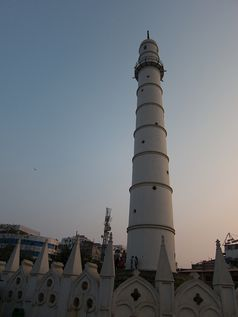 Der 1832 errichtete Dharahara-Turm, ein Weltkulturerbe der UNESCO, wird dabei komplett zerstört. Bild: Geoff Stearns, on Flickr CC BY-SA 2.0