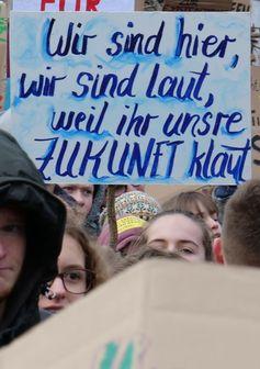 """Deutschsprachiger Slogan: """"Wir sind hier, wir sind laut, weil ihr unsere Zukunft klaut"""""""