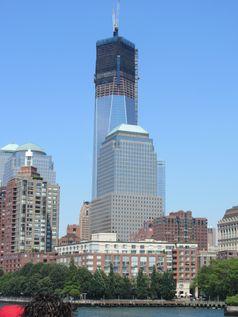 Das One World Trade Center am 8. Juli 2012, davor das World Financial Center