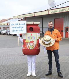 """Übergabe des Goldenen Windbeutels an Zwergenwiese in Silberstedt. Bild: """"obs/foodwatch e.V./foodwatch / Udo Fischer"""""""
