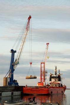 Verladung der betonummantelten Rohre im Hafen Slite auf Gotland