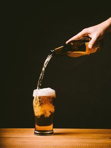 Bier: Viele Junge unterschätzen Risiken von Alkohol.