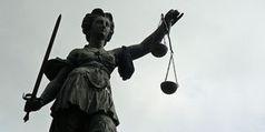 Justitia: rechtliche Schritte gegen illegale Streamer. Bild: Lupo/pixelio.de