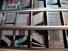 Musik-CDs: Viel davon landet illegal im Netz. Bild: pixelio.de/Shininess