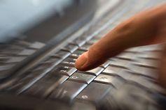 Finger auf der Tastatur: Marketer unentschlossen. Bild: pixelio.de, R. Sturm