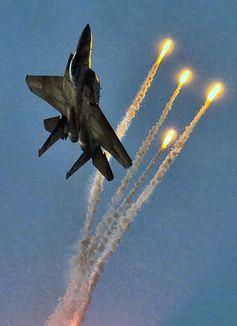 Kampfjet unter Raketenbeschuß (Symbolbild)