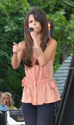 Gomez singt Love You Like a Love Song in der Fernsehsendung Good Morning America im Juni 2011