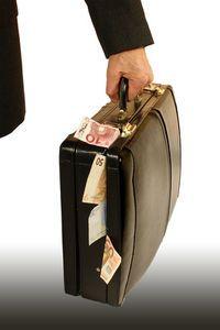 Geldkoffer: für schöne Männer leichter zu ergattern. Bild: pixelio.de, Kasper