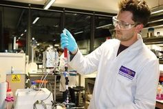 Doktorand Tobias Bohn im Graphen-Labor.