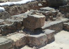 Der Steinsitz, der vermutlich dem Leiter der Gemeinschaft vorbehalten war und erstmals in situ gefunden wurde. Quelle: Bild: Kinneret Regional Project. (idw)