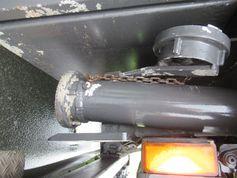 Durch die offene Fäkalienklappe kann während der Fahrt ungehindert Kot und Urin der Tiere auf die Straße gelangen. Bild: Polizei