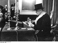 """Ein """"Meister vom Stuhl"""" während einer freimaurerischen Tempelarbeit. Der Großlogentag """"Zur Sonne"""" fand im Mai 1948, als erster in Deutschland nach dem Verbot durch die Nazis, im Gebäude der Freimaurerloge """"Libanon zu den 3 Zedern"""" in Erlangen statt. Die USA, Frankreich und die Tschechoslowakei entsandten Vertreter."""