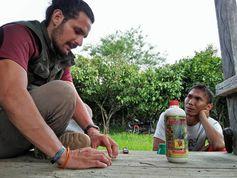 Manuel Toledo-Hernández (links) mit einem Kleinbauern vor einer Kakaoplantage Quelle: Universität Göttingen (idw)