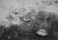 """Dieses Bild zeigt ein in einem Krater entdecktes Objekt, welches eine Art """"Zentralberg"""" zu sein scheint, jedoch die Form einer ebenmäßigen, monolithisch symmetrischer Form besitzt. Dieses Gebilde wurde """"The Tower"""" getauft."""