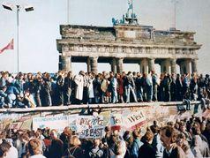 10. November 1989: Von der Nacht des 9. bis zum Morgen des 11. Novembers hielt eine feiernde Menschenmenge die Mauer am Brandenburger Tor besetzt