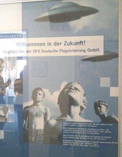 """""""Willkommen in der Zukunft - Werde Fluglotse..."""" Aktuelles Werbeplakat der Deutschen Flugsicherung mit Darstellungen, die sehr den sogenannten Deutschen Geheimtechnologien zur Zeit des Zweiten Weltkrieges ähneln. Erstaunlich auch der """"Zufall"""", dass die Kinder auf dem Foto fast schwarz weiß dargestellt und ohne Hemd bekleidet ebenfalls sehr an die 30er /40er Jahre erinnern."""