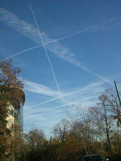 Persistente Kondensstreifen, sogenannte Chemtrails über Darmstadt in Hessen am 16.12.2013