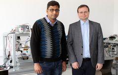 Dr. Arpan Biswas, Postdoc am Lehrstuhl für Biofabrikation der Universität Bayreuth, und Lehrstuhlinhaber Prof. Dr. Leonid Ionov (v.l.). Quelle: Foto: Christian Wißler. (idw)
