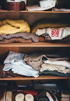 Kleidung im Schrank