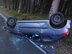 Auf der K 3 in Kierspe erwischte es diesen Kleinwagen: Er schleuderte und überschlug sich. Bild: Polizei MK